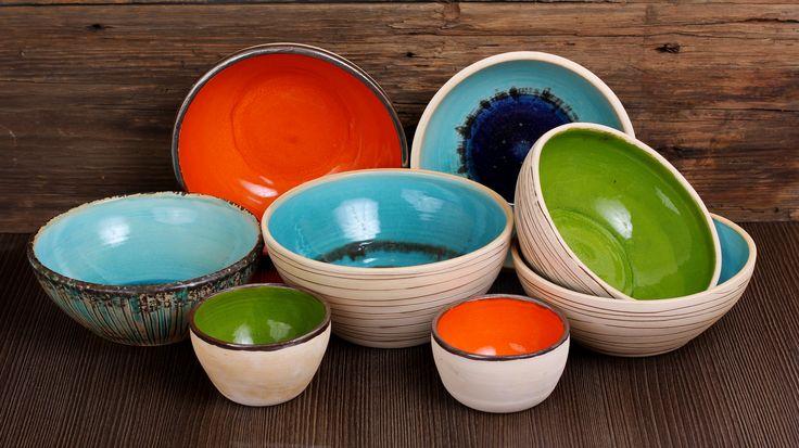 Miski ceramiczne, toczone na kole, zdobione i szkliwione ręcznie.