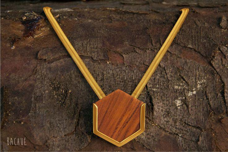 - Marakta - Collar Marakta Articulado con dije en madera algarrobo y cadena con baño.  Fotografía Andrés Hoyos