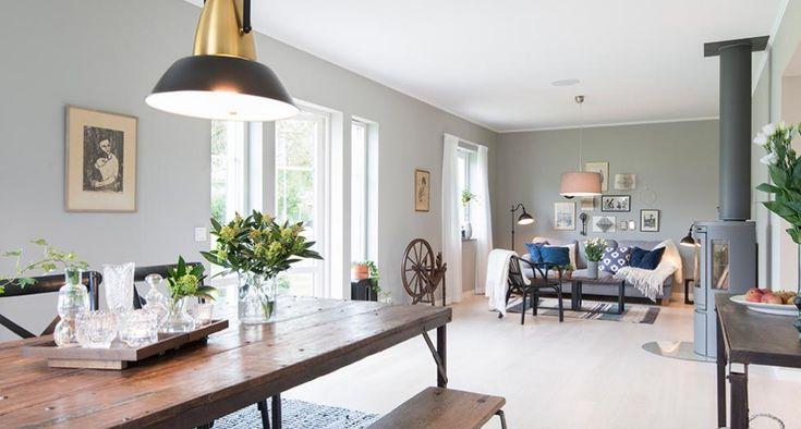 Ett vackert och yteffektivt hus som präglas av ljuslinjer och genomsikt och där den centralt placerade trappan ger funktionell och spännande planlösning. Det stilrena utförandet gör att det passar fint i alla slags miljöer. Här har du tre stora sovrum och möjlighet till ytterligare ett och rymlig, separat klädvård ingår som standard. Som tillval finns balkong på såväl fram- som baksida, som skapar vacker entréveranda och praktiskt väderskydd. Huset går att få med kopplat garage och veranda…