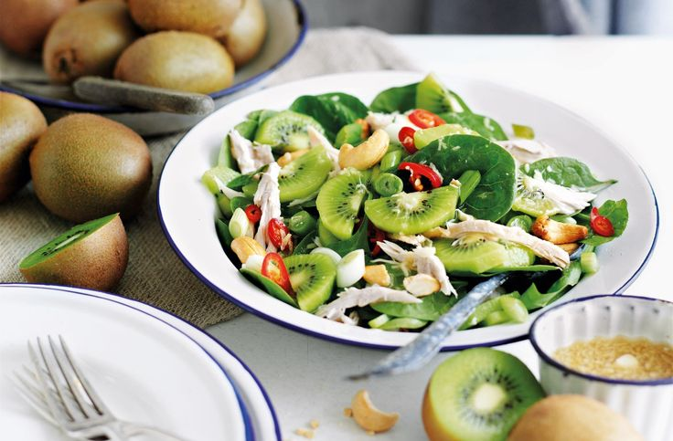 Ingredientes (4 personas) 100 g de espinacas baby Una pechuga de pollo 3 kiwis Una cebolleta 25 g de anacardos Aceite de oliva Pimienta negra Sal común Opcional: un chili rojo o guindilla Para la v…