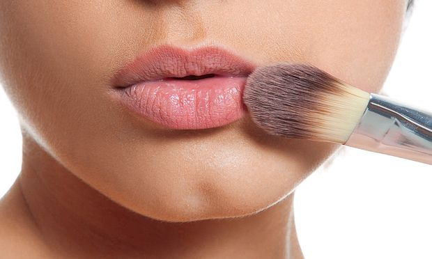 12. Substitua o batom nudeO batom nude matte (com efeito seco) pode ser substituído por sombra coral opaca ou corretivo nos lábios.