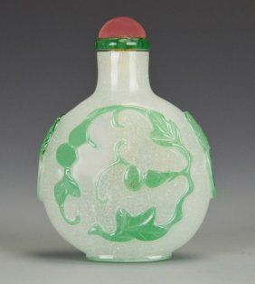 A Chinese Snowflake Peking Glass Snuff Bottle