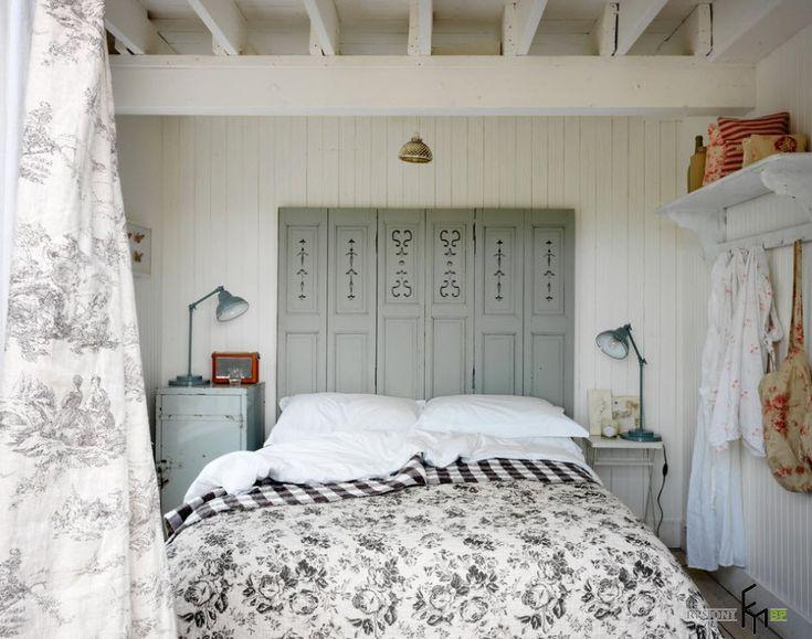 Серое изголовье и белые подушки