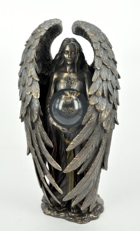 Przepiękna i niespotykana figura, przedstawiająca romantycznego anioła ze szklana kulą  Figura niezwykle dekoracyjna, świetnie się prezentuje w każdym wnętrzu, wymarzona na niepowtarzalny prezent.  Materiał: konglomerat ceramiczno-alabastrowy pokryty warstwą brązu.  Wymiary: wysokość ok. 24 cm, średnica podstawy ok. 8,5 cm