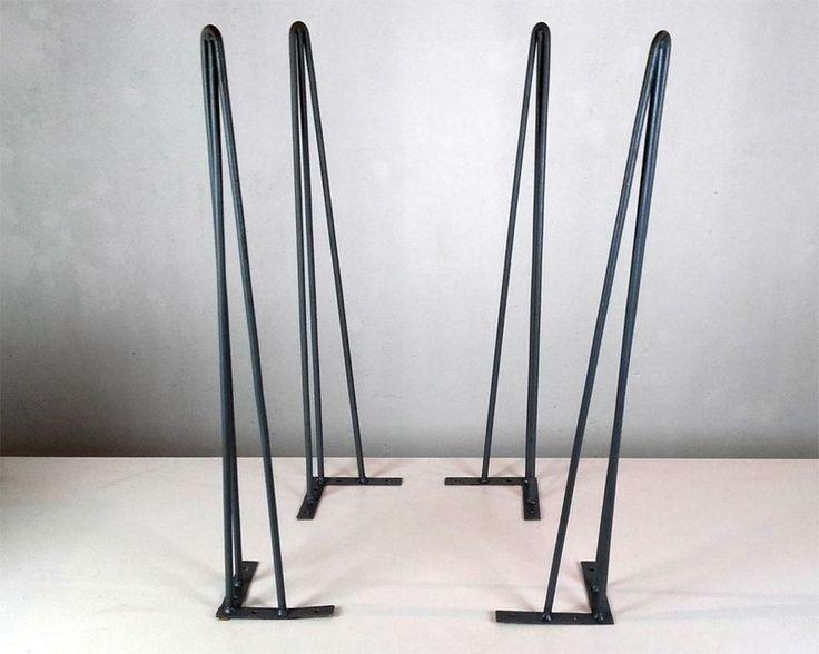 """Características - o valor do anúncio refere-se ao conjunto de 4 pés - todos fabricados com aço de 3/8"""" - as barras são curvadas e soldadas em chapas também de aço - possuem 73cm de altura - cada pé possui 4 furos, para você parafusá-lo em seu móvel - parafusos inclusos Os pés fininhos ganharam esse nome porque """"hairpin"""" quer dizer grampo de cabelo e """"leg"""" significa pernas - ou seja, seria uma espécie de """"pernas de grampo de cabelo"""" . Os famosos Hairpin ..."""