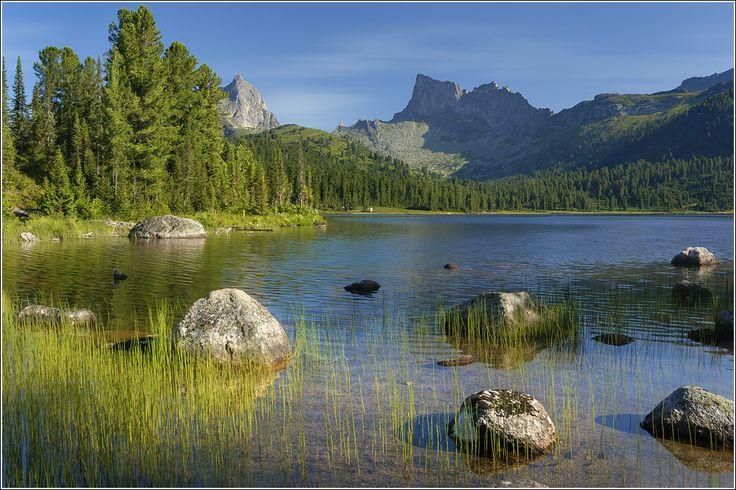 Ергаки - Озеро Светлое.. Хребет Ергаки в Саянах. Красноярский край. Восточная Сибирь. На снимке: озеро Светлое, пик Птица (слева) и пик Звездный (справа). #большой #высокий #глубокий #голубой #горы #дно #ергаки #зеленый #камни #край #красивый #красноярский #красноярский край #лес #озеро #осока #отражение #пейзаж #природа #прозрачный #путешествие #путешествия #саяны #сибирь #скалы #трава #туризм #хребет #чист Автор: Дмитрий Антипов