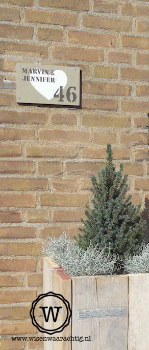 Persoonlijk welkom, naambord en stoere plantenbak.