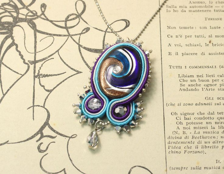 Pendente soutache con cabochon in vetro di murano e cristalli. Soutache pendant with murano glass cabochon and crystals.
