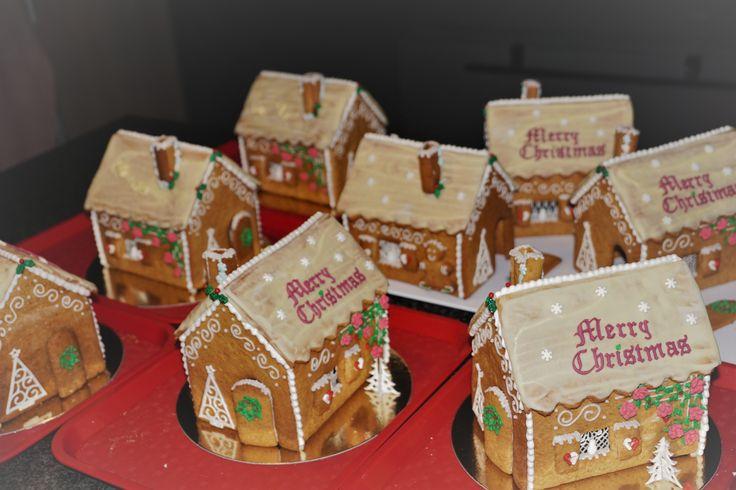 Meer traditionele peperkoekenhuisje. Dit jaar hebben de koekenhuisjes een dak bedekt met witte chocolade
