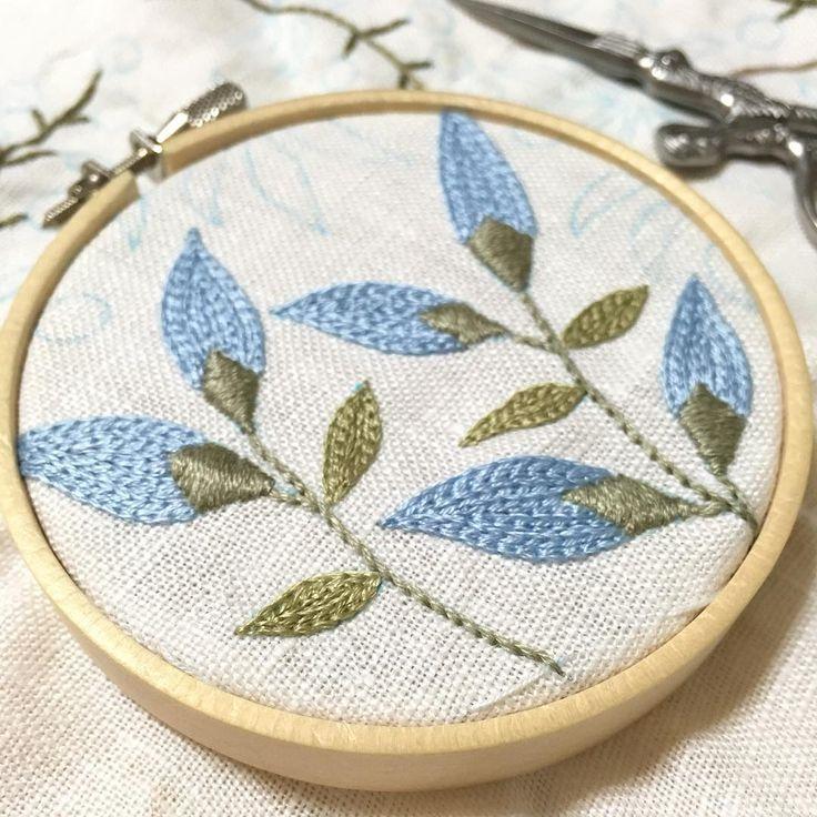 以前に作った紅茶染がま口の口金7.5㎝→口金10㎝で、とのオーダーを頂きました✨ . お盆休みもあるし10㎝くらいなら、あまりお待たせぜずに出来そうなのでチャレンジしてみることに✨ . 10㎝用に図案を書き直しました . 頑張るぞぅ . #刺繍 #ハンドメイド #手芸 #刺繍部 #花 #木の実 #がま口 #ボタニカル #embroidery #handmaid #sewing #flower #framepurse #botanical