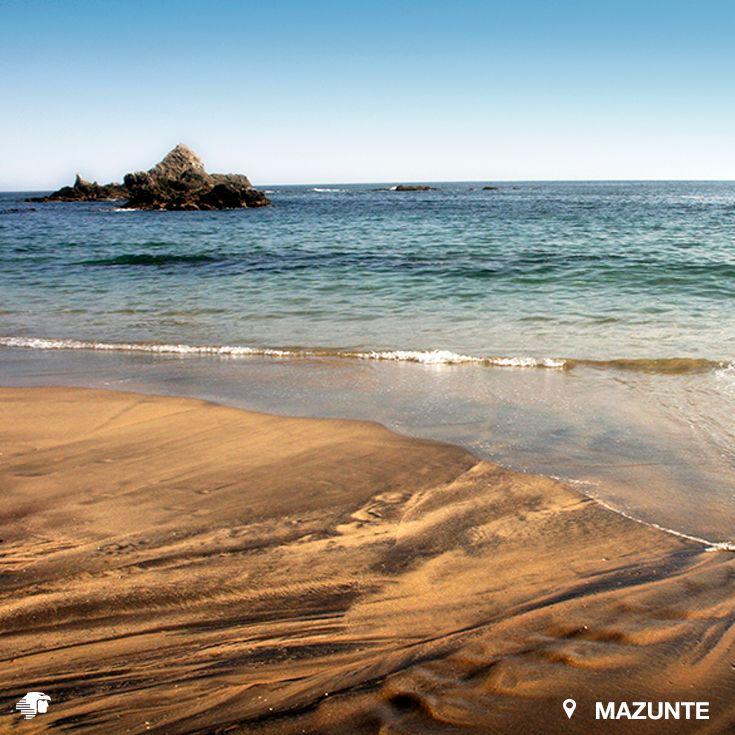 Mazunte, Oaxaca. México Es un apasionante pueblo mágico semi virgen ubicado en la costera del Pacífico en el estado de Oaxaca. La playa de arena dorada con aguas cálidas, tranquilas y cristalinas de diversas tonalidades de verde y azul, es un paraíso que invita a que te relajes junto a tu pareja mientras disfrutan de armoniosas panorámicas.
