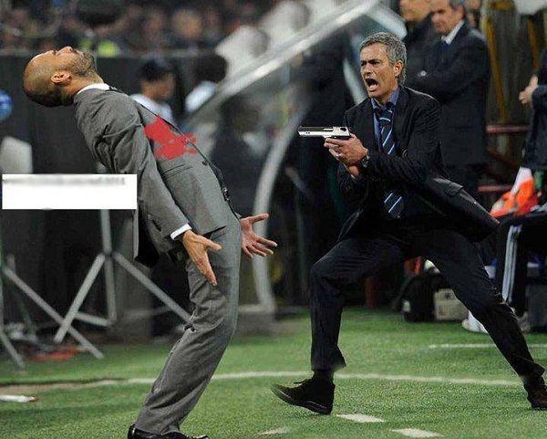 Jose Mourinho trzyma pistolet w ręcę • Portugalczyk postanowił zastrzelić Josepa Guardiolę • Wesołe zdjęcie słynnych trenerów >> #mourinho #guardiola #football #soccer #sports #pilkanozna