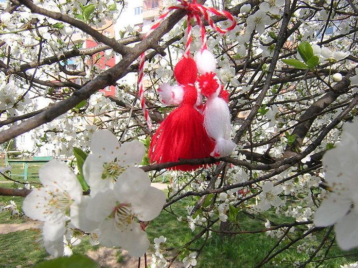 Wearing a Martenitsa – A Bulgarian tradition to welcome spring http://mysticalemona.com/rituals/
