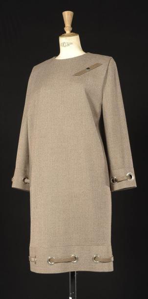 Pierre CARDIN Haute-couture, circa 1990 Robe de forme droite en lainage chevrons beige et brun, encolure ronde, bas des manches longues et bas de la robe à oeillets perforés en métal entrelacé d'une bande… - Cornette de Saint Cyr - 16/12/2012