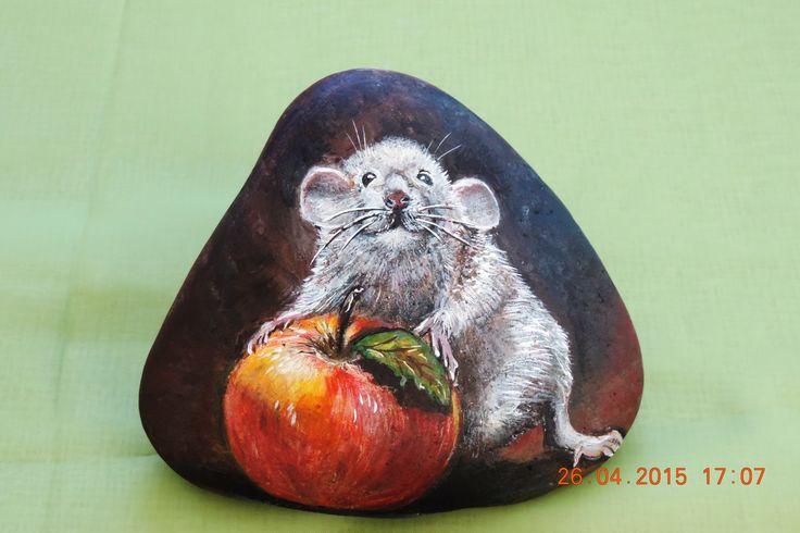 Мышка с яблоком(роспись камня акриловыми красками)