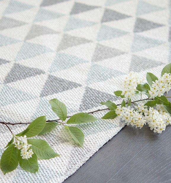 Tribus er ett herlig fargerikt teppe laget av den flinke svenske designeren Lina Johansson. Finnes i flere farger. Teppet kan brukes på begge sider.