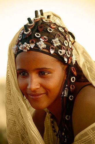 África | Los adornos para el cabello elaborados usados por una mujer tuareg en el Festival au Desert, Essakane, región de Tombuctú de Mali