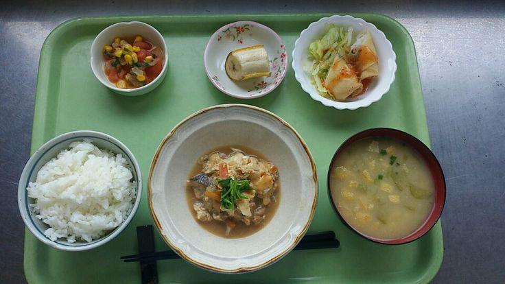 8月9日。白身魚の卵とじ、はんぺんとエビの春巻き、トマトのしそ風味サラダ、茄子の味噌汁、バナナでした!はんぺんとエビの春巻きが特に美味しかったです!648カロリーです