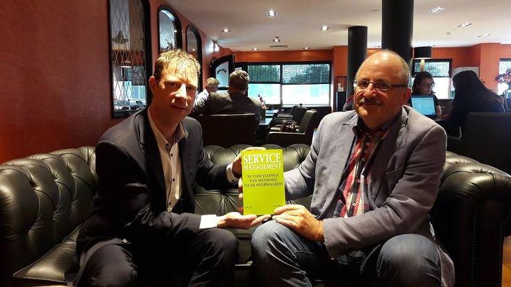 Vanmiddag hebben we auteur Jos Gielkens blij gemaakt met de eerste exemplaren van zijn nieuwe boek 'Service Management'. Gefeliciteerd Jos, en nu samen aan de slag om er een mooi succes van te maken! #servicemanagement #josgielkens #futurouitgevers