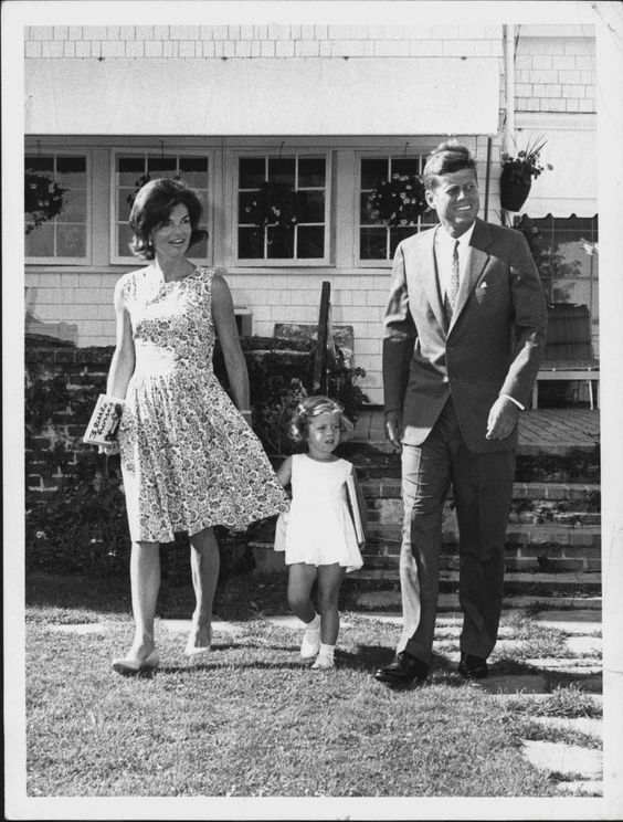 1960. Juillet. JFK, Jackie and Caroline. Senator John F. Kennedy (D-Mass.), Democratic presidential candidate, walks across the lawn with his wife Jacqueline and daughter Caroline.