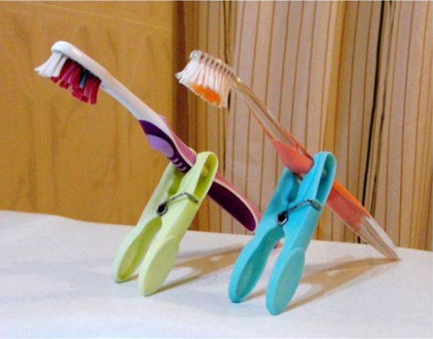 Unterwegs kannst du die Zahnbürste deines Kindes mit einer Wäscheklammer aufrecht hinstellen, sodass sie keine schmutzigen Oberflächen berührt. | 100 geniale Lifehacks für Eltern, die Dein Leben leichter machen