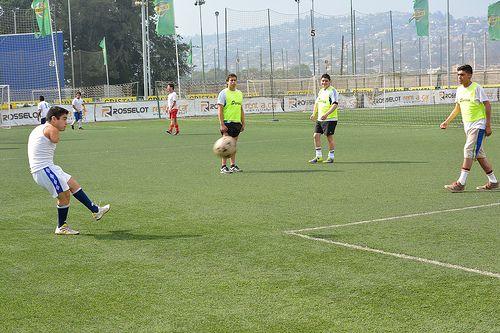 Futbolistas Teletón derrochan talento en torneo amistoso.