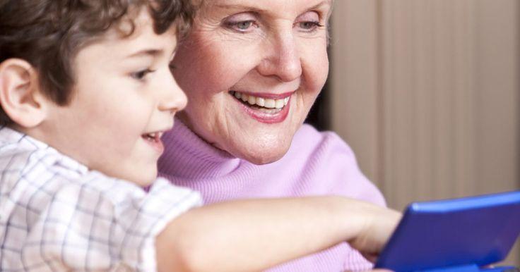 """Como usar a touchscreen no emulador de DS. O videogame portátil """"Nintendo DS"""" utiliza duas telas diferentes para exibir os dados do jogo. Uma das telas serve apenas para exibição de imagem, enquanto a outra desempenha a característica de interface touchscreen (tela de toque), que funciona com auxílio de uma caneta de plástico. É possível interagir com o jogo utilizando esta interface, além ..."""