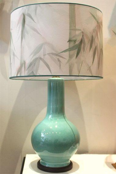 Carlota Verde-Agua, con pantalla pintada a mano por BuenaVentura. Lo encontraras en Detana. Madrid
