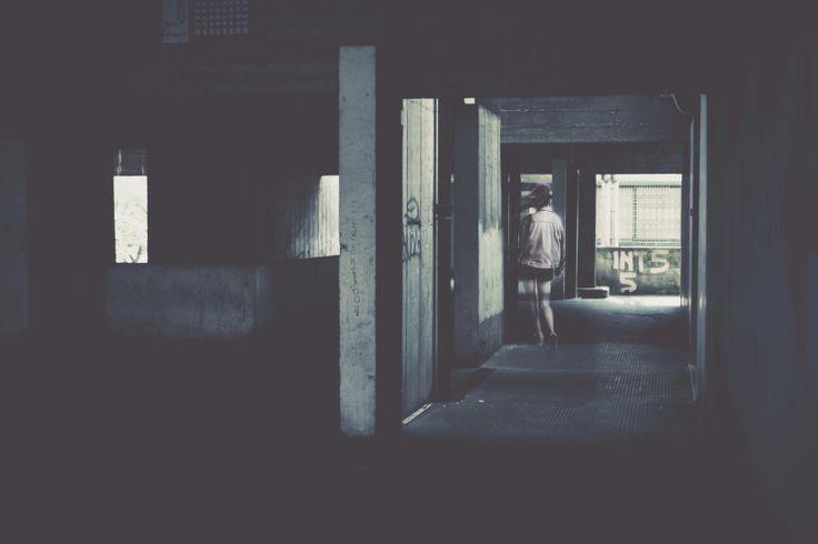 UN CORRIDOIO DI SPINE Viaggio, raso muro, leccando il conosciuto,  e quello no, nel buio di un corridoio di spine,  dove ognuno appende le sue verità.   Presunte.  Gli artigli nella pelle sono il prezzo che pago,  da sempre.  Ti inondo, reggiti, e fallo con le unghie.   http://paralleluniverseinpolaroid.wordpress.com