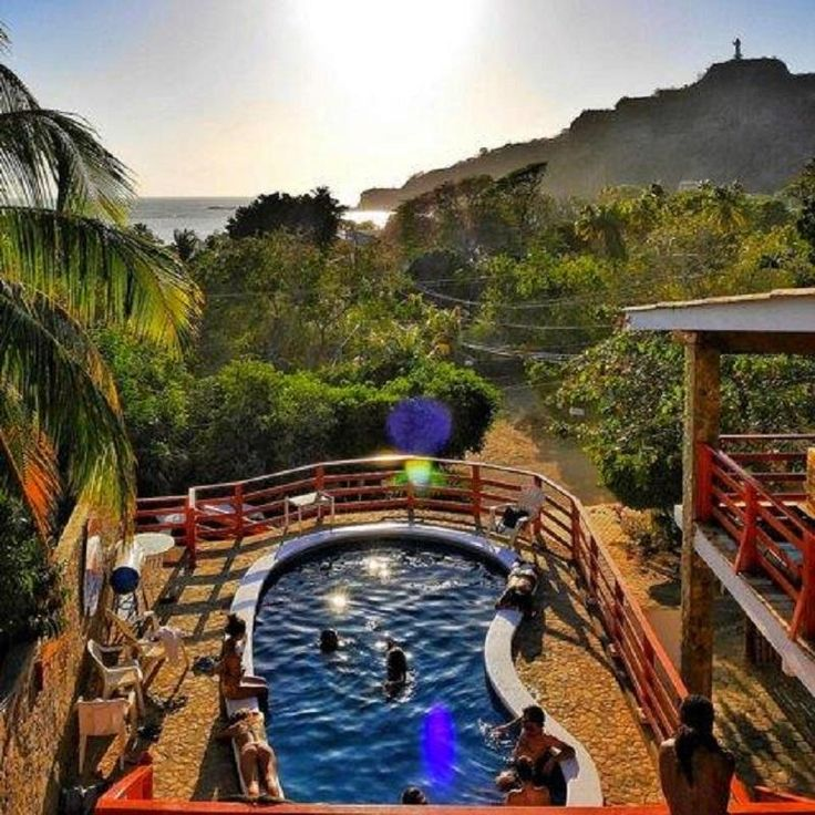 Ultimative Liste der Besten Hostels in Nicaragua In diesem Artikel findest du die besten Hostels in Nicaragua – Die besten Hostels in Granada, Jinotega, Leon, Managua, Matagalpa, Ometepe Island, Popoyo, San Juan Del Sur und Tola. In Nicaragua gibt es jede Menge zu sehen und zu erleben. Ihr könnt durch die wunderschöne Stadt Granada mit seinen bunten Gebäuden und Geschäften schlendern, Vulkanboarden am Cerro Negro, surfen in San Juan del Sur, die Ruinen von Leon Viejo entdecken, oder wandern…