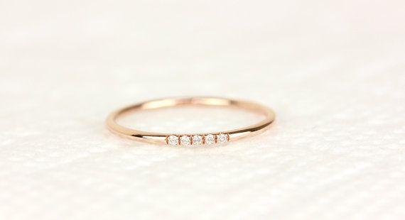 14K rose solid gold micro Pave mit weißen Brillanten ausgefasst.  -Dieser Ring wurde von hand gemacht.  -Dieser Ring wäre perfekt aufeinander abgestimmte Ehering und ist ein Ideal zum Stapeln in meinem anderen Pettie Ringe  -Die Band misst 1,30 mm Stärke  -1mm weiß Diamant (konfliktfrei) und feine Qualitätsdiamanten (Farbe: F-G, Klarheit: VS)  -Check hier - 14k Weißgold mit weissen Diamanten https://www.etsy.com/listing/188062053 -Chcek hier-14 k Gelbgold mit weißen Diamanten…