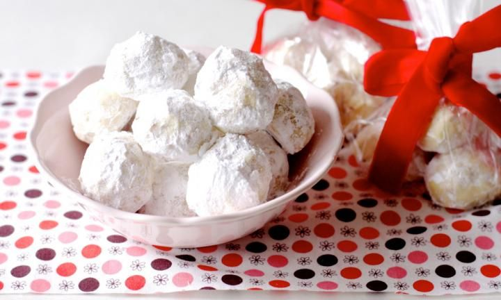 These delicious shortbread almond snowballs make a wonderful homemade Christmas gift for friends, colleagues and the kids' teachers. Just be careful you don't eat them all first!