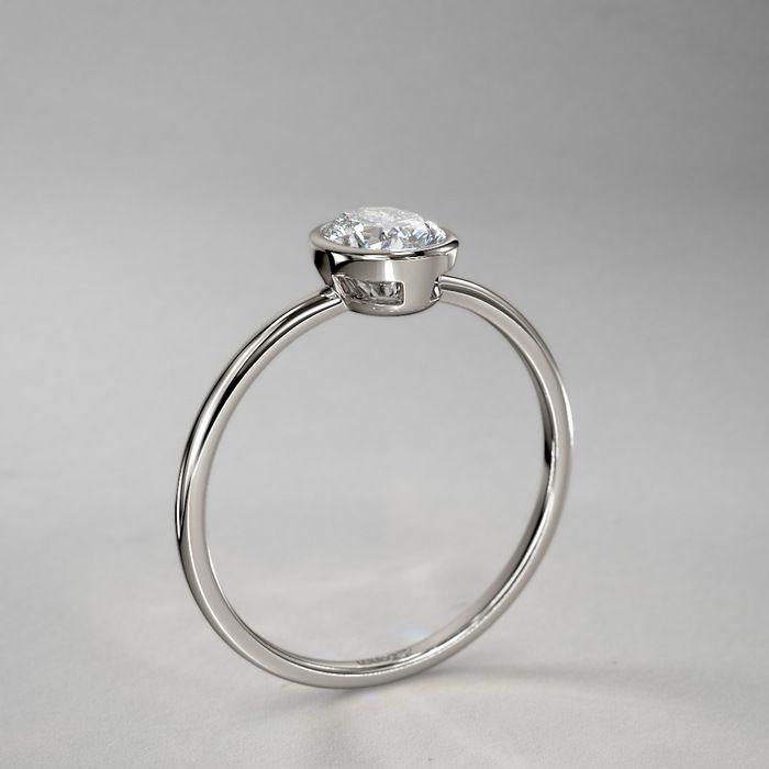Ovaler Palladium Diamantring in Zargenfassung