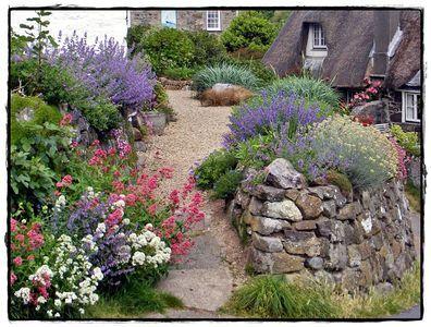 <p> Als ich diesen Vorgarten entdeckte, war ich total hin und weg. Da hat jemand die etwas ungueckliche Lage des Grundstuecks auf der Ecke und am Hang optimal zu nutzen gewusst. Mit Natursteinmauer und Polsterstauden wurde ein toller Kiesgarten angelegt.</p>