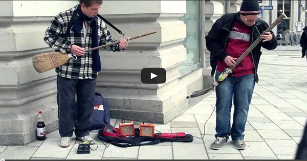 Artista de rua faz #show ao tocar com uma vassoura e uma pá
