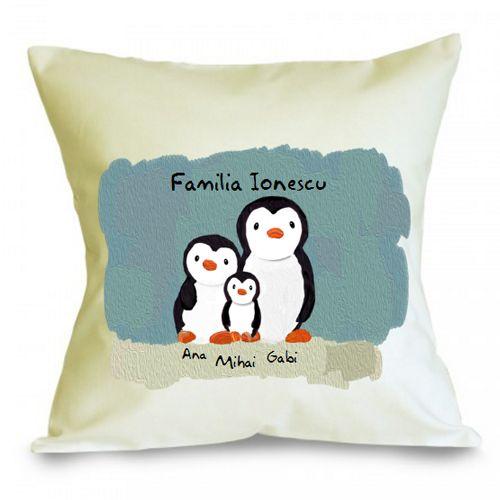 Perna personalizabila Familie de pinguini (3)    Perna personalizata ce reprezinta o familie de pinguini formata din 3 membri, mama, tata si copil.  Perna este umpluta cu fibre de poliester, iar fata de perna este din bumbac 100%.  Dimensiune: 40 x 40 cm