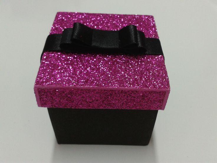 Caixinha pink e preta fica ótima como lembrancinha de aniversário de 15 anos ou até mesmo para casamento.