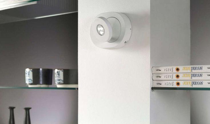 Scope är en otroligt snygg och praktisk vägglampa i aluminium som dessutom är enkel och diskret. Den är utrustad med LED-belysning som sprider ett bra ljus i en40° spridningsvinkel. Spothuvudet är riktbart, både i sidled samt upp och ned, den är därför perfekt att använda för att lysa upp specifika föremål. Strömbrytaren är diskret p&ar...
