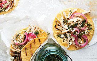 Poulet, salsa aux tomatilles et feta émietté: une recette de tacos d'inspiration mexicaine.