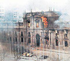 https://flic.kr/p/559p8t | La Moneda en llamas | medio dia del 11 de septiembre de 1973
