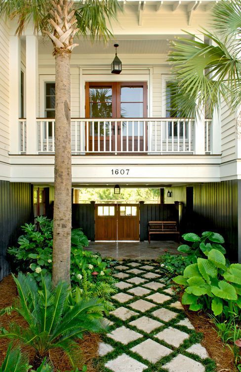 Courtyard of a South Carolina barrier island home. Herlong & Associates.