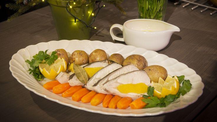 Øyvind Bøe Dalelv er vant med å få servert kveite første juledag. De fine fiskestykkene serveres med glaserte gulrøtter, kokte gulløyepoteter og sandefjordsmør.