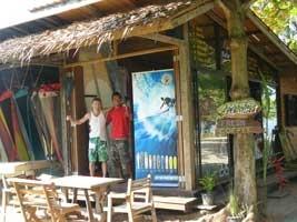 Amara Surf Shop Blue Lagoon. Grote windsurfschool, ook voor kids. Kiteschool in de buurt.