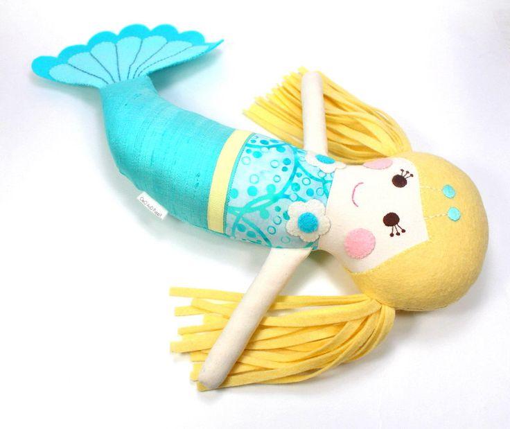muñeca sirena | muñeca de trapo sirena | juguete de la felpa | muñeca de Pilot | sirena personalizada | Sirenita | muñeca Serafina | muñeca sirena hecha a mano de CleoAndPoppy en Etsy https://www.etsy.com/mx/listing/228106643/muneca-sirena-o-muneca-de-trapo-sirena-o