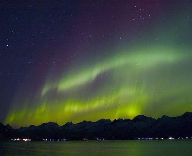 Einen guten Überblick über die Polarlicht-Phänomene erhält man an Bord der Hurtigruten-Linie, die ebenso die hier abgebildete Inselgruppe der Lofoten passiert.