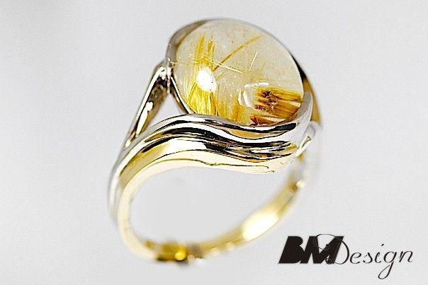 Pierścionek z kwarcem z rutylem. Projekt i wykonanie Bm Design. Wykonany z dwóch kolorów złota. Złotnik Rzeszów, biżuteria na zamówienie Rzeszów, BM Rzeszów