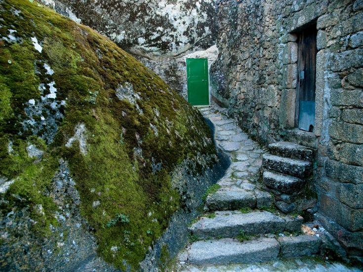 Каменные дома в Монсанто. Португалия. Фото