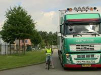 Hoe stel je je veilig op naast een vrachtwagen?