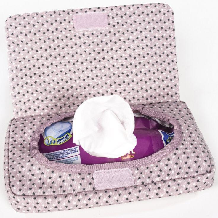Le range lingettes Sophie de la marque Pasito a pasito permet d'emporter facilement le paquet de lingette lors des balades avec bébé et d'éviter que les lingettes ne s'assèchent.