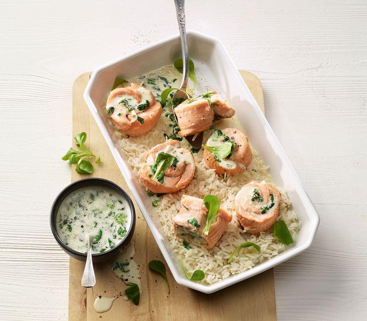 Diese gefüllten Fischfilets lassen sich gut im Voraus vorbereiten. Man muss sie dann nur noch im ebenfalls vorbereiteten Sud gar ziehen lassen und die Sauce fertigstellen.
